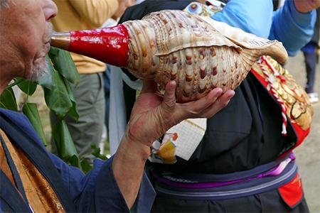 法螺貝の楽器で法螺吹き